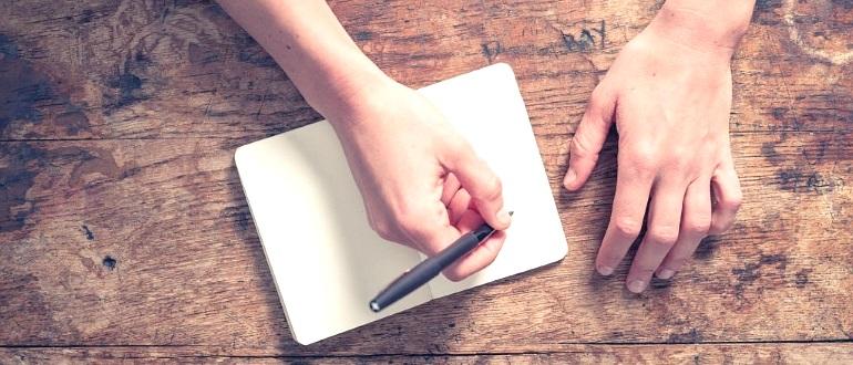 руки, пишущие записку